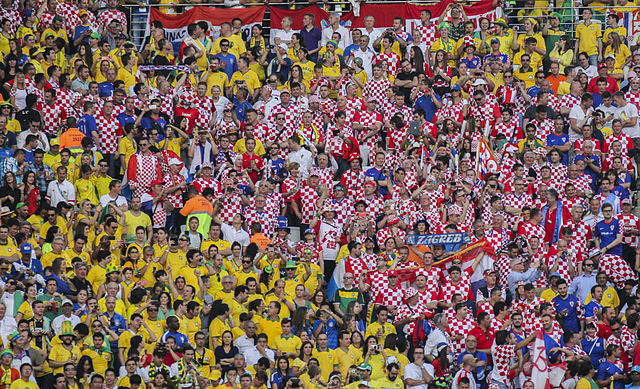 copa2014.gov.br_640px-Brazil_and_Croatia_match_at_the_FIFA_World_Cup_(2014-06-12;_fans)_19.jpg