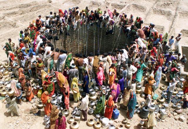 인도의 서쪽 지역 구자라트주 나트와르가드의 주민들이 커다란 우물 주변에 동그랗게 모여 물을 길어 올리고 있다. 이 사진은 통신이 세계인구 70억 시대를 맞아 제공한 특별 사진 가운데 하나다..jpg