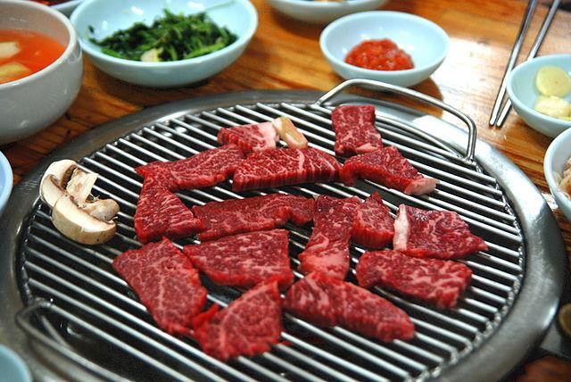 suksim_640px-Korean_barbecue-Hoenggye_hanwu-02.jpg