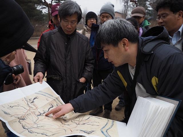 2동구릉에서 이 왕릉의 옛지도를 검토하는 회의 참가자들.jpg