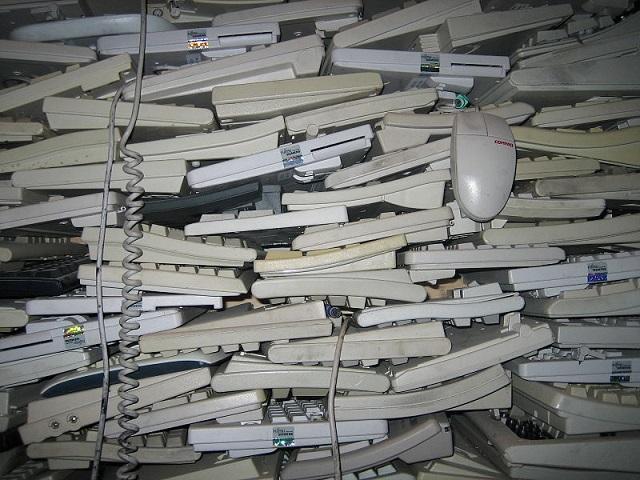 ewaste_Zinneke _800px-0ld_keyboards.jpg