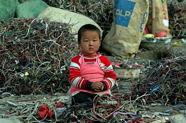 ewaste_greenpeace_guiyu-child-wires.jpg