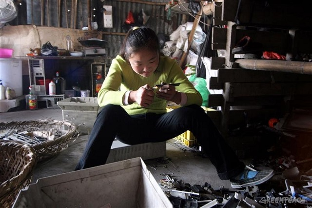ewaste_greenpeace_guiyu-girl-lighter.jpg