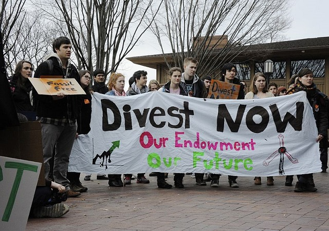 James Ennis_800px-Fossil_Fuel_Divestment_Student_Protest_at_Tufts_University.jpg