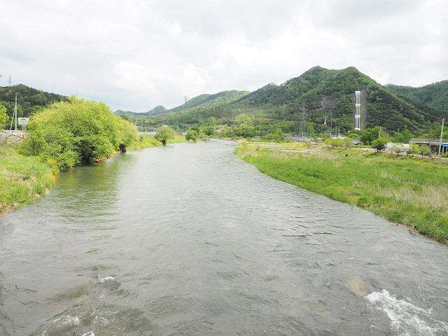 hb6_동진강으로 흘러드는 섬진강 물. 오른쪽 산위에 섬진강수력발전소의 유역변경 수로가 보인다.jpg
