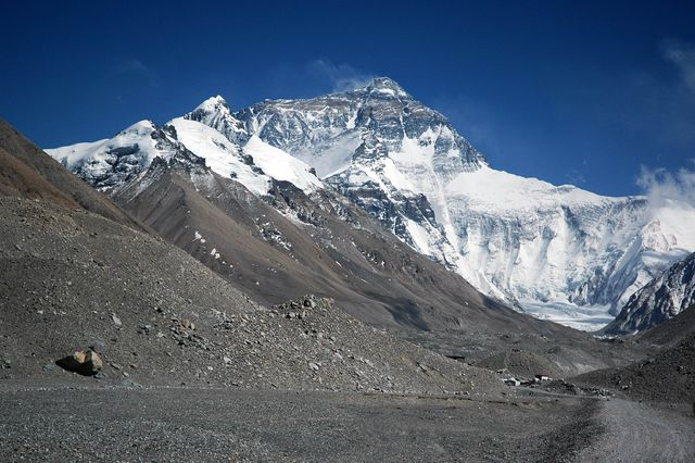 640px-Mount_Everest_from_Rongbuk_may_2005.jpg