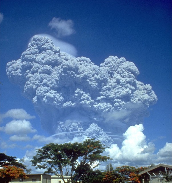 800px-Pinatubo91eruption_clark_air_base_s.jpg