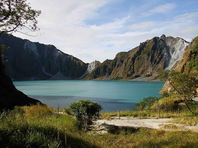 ChrisTomnong _1280px-Mount_Pinatubo_20081229_01_s.jpg